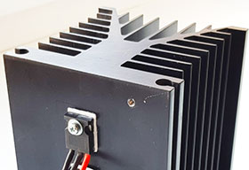 Транзистор на охлождающем радиаторе в схеме регулируемого блока питания
